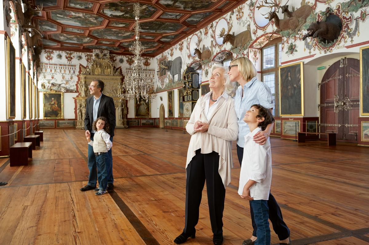 Weikersheim Palace, visitors in the Knight's Hall; Photo: Staatliche Schlösser und Gärten Baden-Württemberg, Niels Schubert
