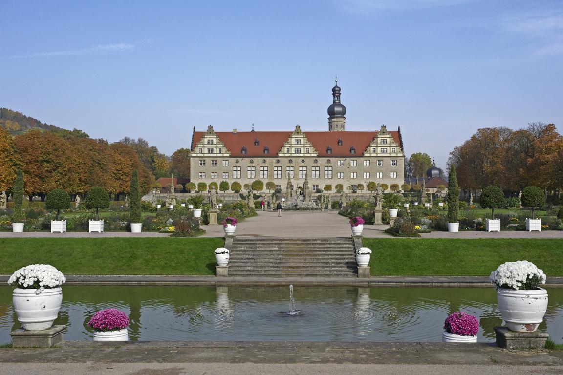 Blick über den Schlossgraben auf Schloss Weikersheim; Foto: Staatliche Schlösser und Gärten Baden-Württemberg, Andrea Rachele