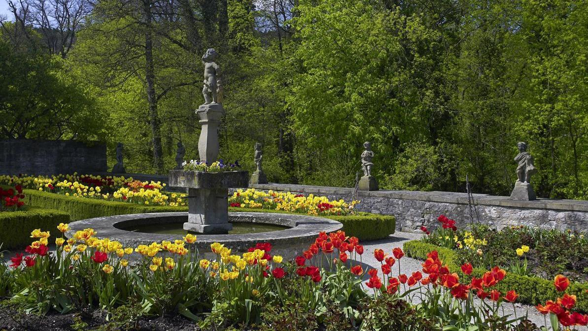 Brunnenanlage mit üppiger Bepflanzung, Schlossgarten Weikersheim; Foto: Staatliche Schlösser und Gärten Baden-Württemberg, Arnim Weischer
