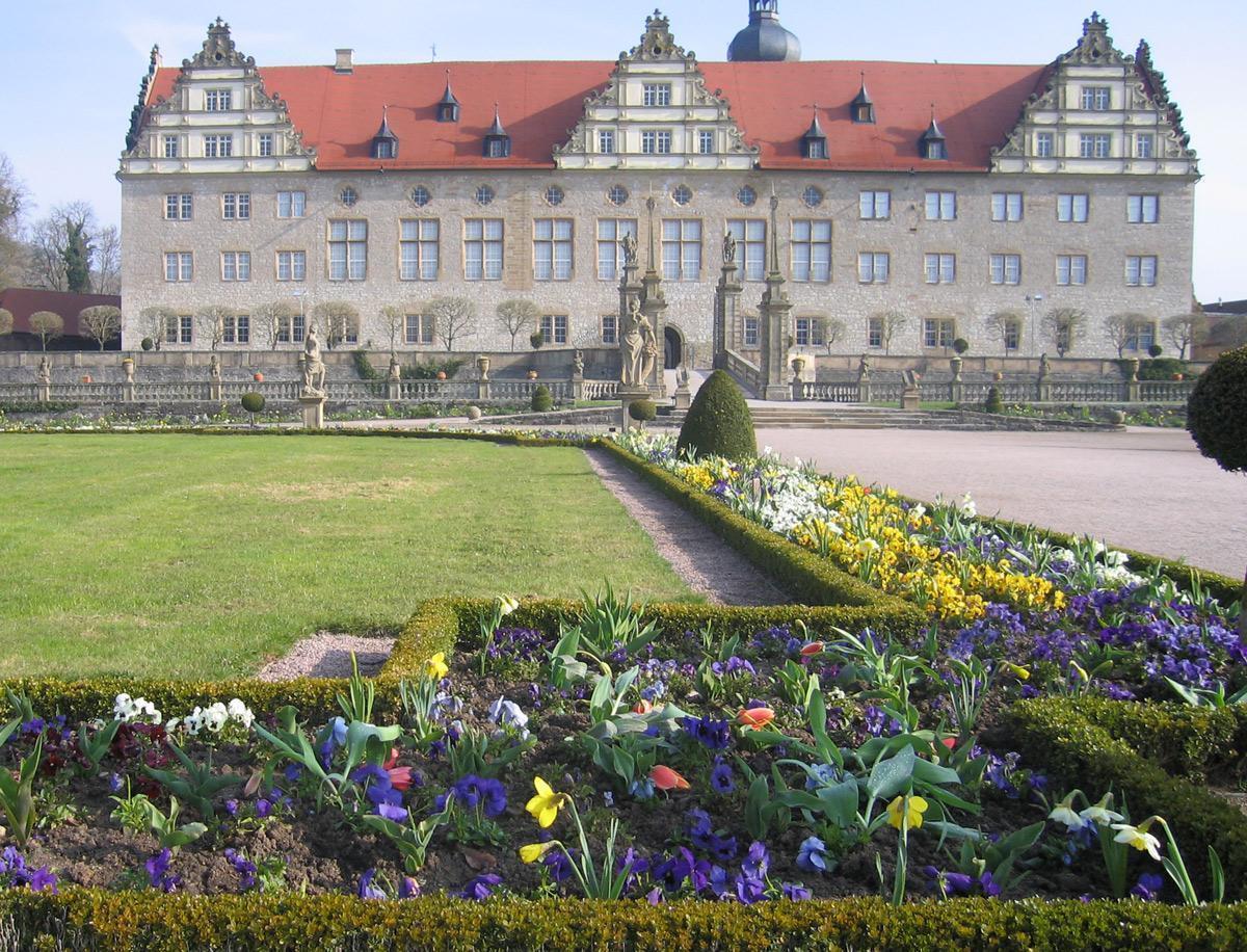 Rabatte im Weikersheimer Schlossgarten im April 2008;  Foto: Staatliche Schlösser und Gärten Baden-Württemberg, Sonja Wünsch