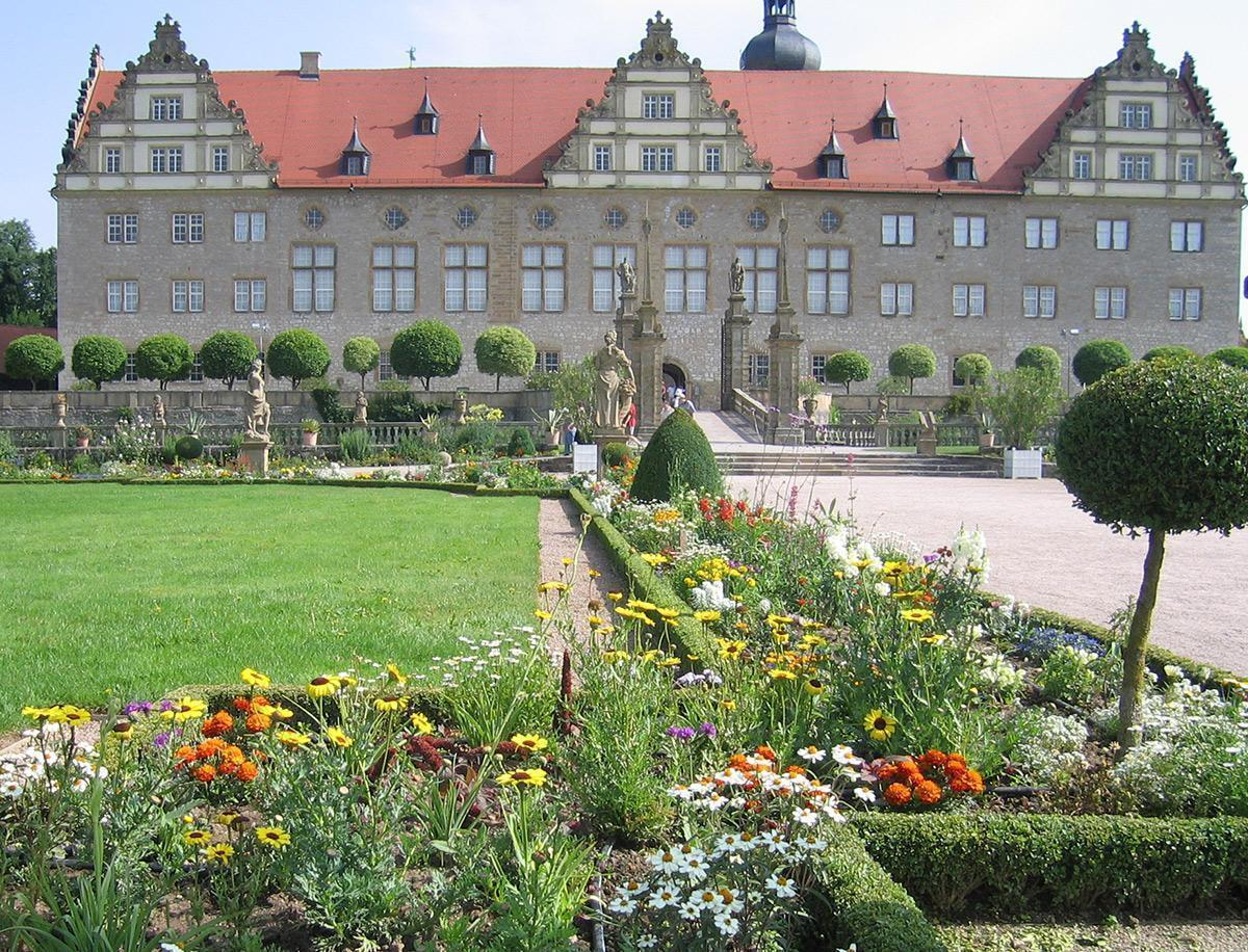 Rabatte im Weikersheimer Schlossgarten im Juni 200;  Foto: Staatliche Schlösser und Gärten Baden-Württemberg, Sonja Wünsch