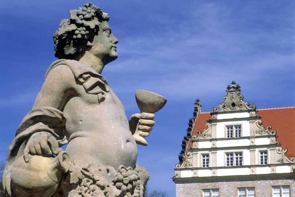 Steinfigur mit Weinkelch und Reben, Schloss Weikersheim; Foto: Landesmedienzentrum Baden-Württemberg, Sven Grenzemann