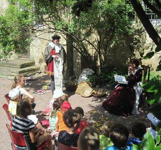 Kindergruppe bei Vorleserunde, Schlossgarten Weikersheim; Foto: Staatliche Schlösser und Gärten Baden-Württemberg, Schlossverwaltung Weikersheim