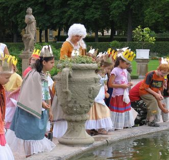 Kostümierte Kinder im Schlossgarten; Foto: Staatliche Schlösser und Gärten Baden-Württemberg, Ortsverwaltung Weikersheim