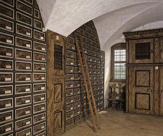 Blick in den Archivraum mit Schubkastenschränken, Schloss Weikersheim; Foto: Staatliche Schlösser und Gärten Baden-Württemberg, Arnim Weischer