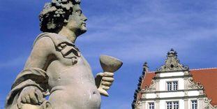 Steinfigur mit Weinkelch und Reben, Schloss Weikersheim