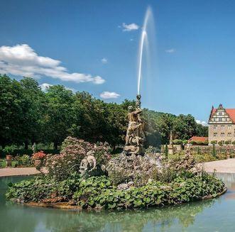 Schloss und Schlossgarten Weikersheim, Außenansicht mit Brunnen