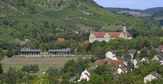 Blick in die Talebene mit Schloss Weikersheim; Foto: Staatliche Schlösser und Gärten Baden-Württemberg, Arnim Weischer