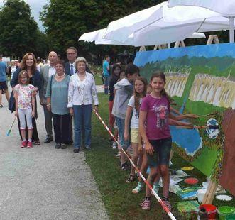 Schüler, Leitung und SSG-Geschäftsführung vor dem Gemälde; Foto: Eva-Maria Schneider-Gärtner
