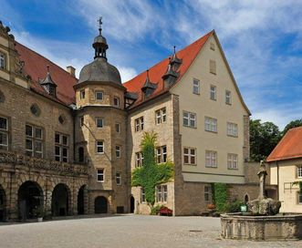 Schloss Weikersheim, Schlosshof mit Küchenflügel und Beamtenbau, ganz rechts im Bild