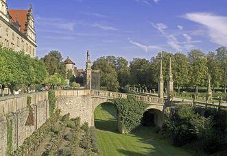 Blick ins Gartenparterre mit Brücke, Schloss Weikersheim; Foto: Staatliche Schlösser und Gärten Baden-Württemberg, Arnim Weischer
