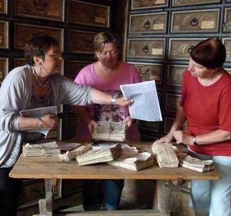 Schlossteam beim Sichten von Dokumenten