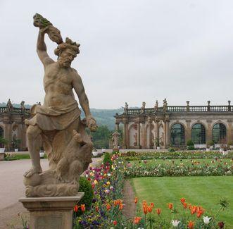 Schloss und Schlossgarten Weikersheim, Jupiterstatue und Orangerie; Foto: Staatliche Schlösser und Gärten Baden-Württemberg, Barbara-Erbsen-Haim