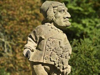 Zwerg als Hofjägermeister, humoristische Skulptur aus dem 18. Jahrhundert, Schlossgarten Weikersheim; Foto: Staatliche Schlösser und Gärten Baden-Württemberg, Arnim Weischer
