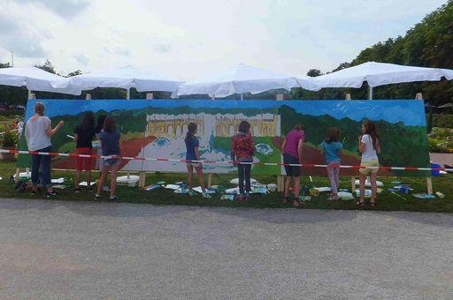 Kinder beim Malen an der Leinwand; Foto: Eva-Maria Schneider-Gärtner