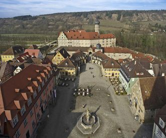 Luftaufnahme von Marktplatz und Schloss Weikersheim