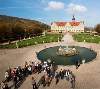 Besuchergruppen im Schlossgarten Weikersheim; Foto: Staatliche Schlösser und Gärten Baden-Württemberg, Achim Mende