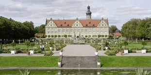 Panoramablick über den Schlossgarten auf Schloss Weikersheim