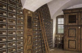 Archivraum im Schlosskeller mit eingebauten Wandschränken