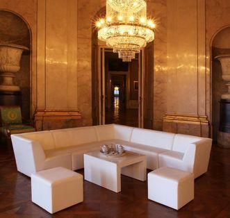 Moderne Sitzecke in historischem Ambiente