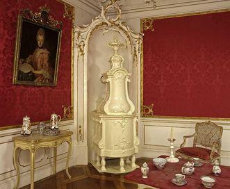 Porzellan und Fayence-Ofen im Audienzzimmer, Schloss Weikersheim; Foto: Staatliche Schlösser und Gärten Baden-Württemberg, Arnim Weischer