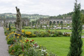 Die Orangerie, im Vordergrund bepflanzte Rabatten, Schlossgarten Weikersheim; Foto: Staatliche Schlösser und Gärten Baden-Württemberg, Niels Schubert