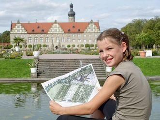 Junge Entdeckerin im Schlossgarten Weikersheim