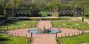 Panoramaansicht der Schlossgartenanlage Weikersheim mit Orangerie