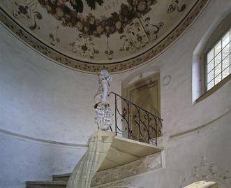 """Treppenhaus, Schloss Weikersheim, mit """"Stiefelmännchen""""-Statue und Allianzwappen als Deckengemälde; Foto: Staatliche Schlösser und Gärten Baden-Württemberg, Andrea Rachele"""