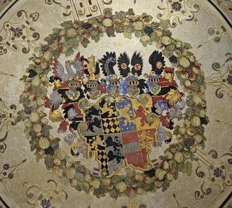Schloss und Schlossgarten Weikersheim, Treppenraum, Wappen an der Decke