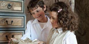 Kinder mit Dokumenten im Archivraum, Schloss Weikersheim
