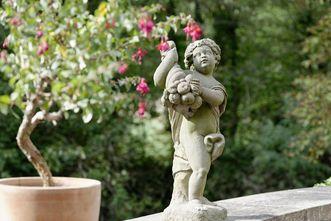 Steinfigur im Schlossgarten Weikersheim; Foto: Staatliche Schlösser und Gärten Baden-Württemberg, Niels Schubert