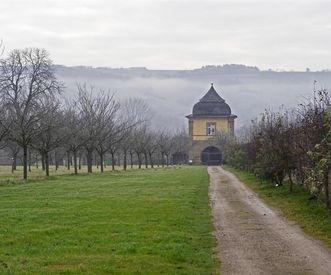 Teehaus im Nebel, Schlossgarten Weikersheim; Foto: Staatliche Schlösser und Gärten Baden-Württemberg, Arnim Weischer