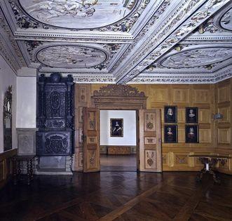Georg-Friedrich-Zimmer mit Stuckdecke und Holzvertäfelung; Foto: Staatliche Schlösser und Gärten Baden-Württemberg, Andrea Rachele
