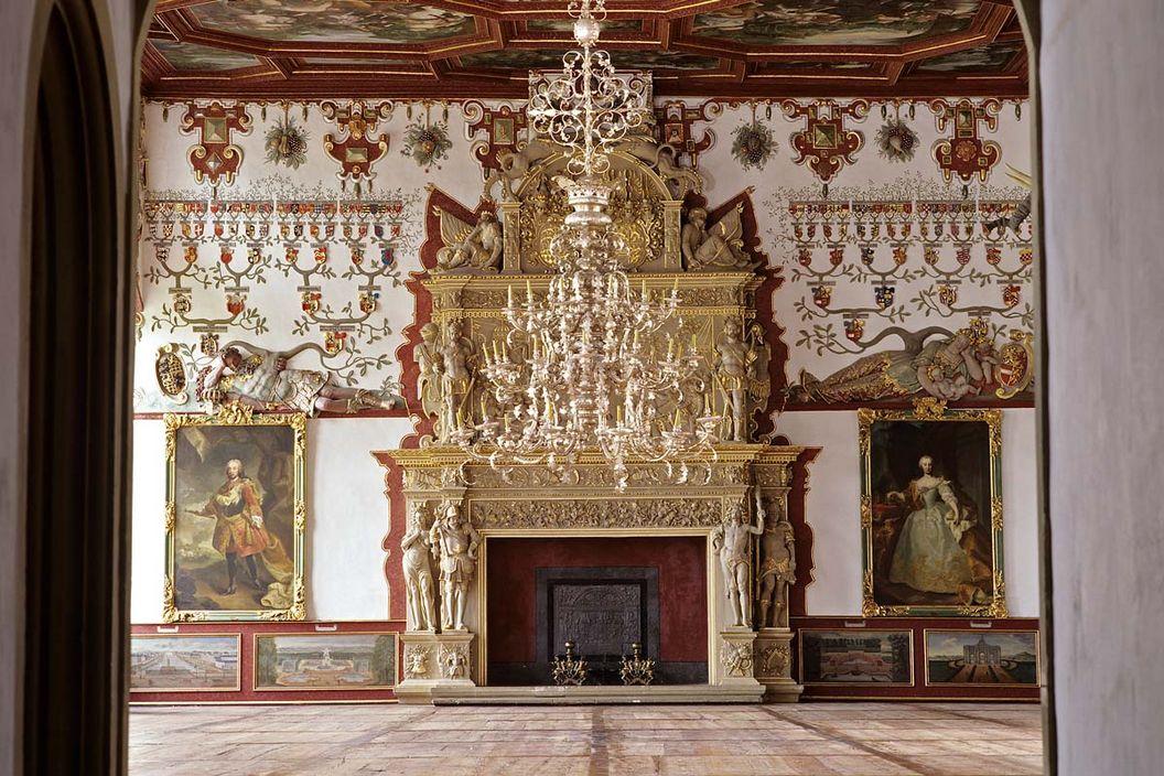 Rittersaal von Weikersheim mit Prunkkamin; Foto: Staatliche Schlösser und Gärten Baden-Württemberg, Arnim Weischer