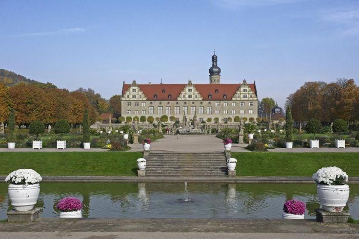 Blick über den Schlossgraben auf Schloss Weikersheim