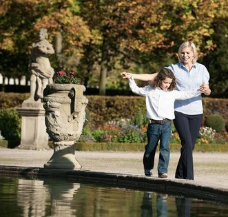 Mutter und Tochter an einem Brunnen, Schlossgarten Weikersheim, Foto: Staatliche Schlösser und Gärten Baden-Württemberg, Niels Schubert